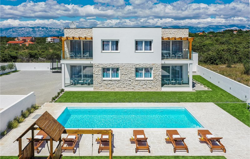 Stunning home in Vrsi with WiFi, Outdoor swimming pool and 4 Bedrooms (CDA806), vacation rental in Vrsi