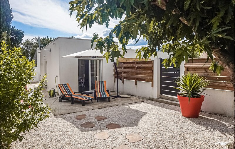 Amazing home in Lignan sur orb with Jacuzzi and 2 Bedrooms (FLH352), holiday rental in Lignan-sur-Orb