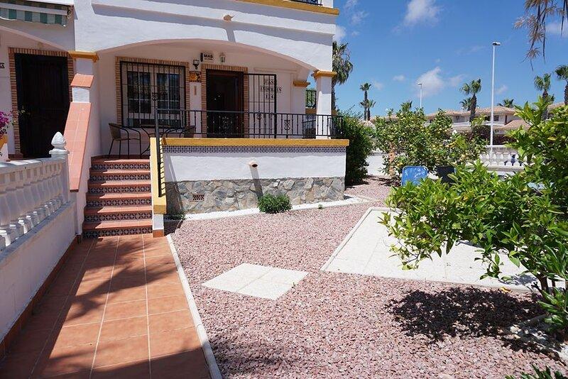 Spacious Ground Floor Apartment with garden and communal pool, aluguéis de temporada em Los Dolses