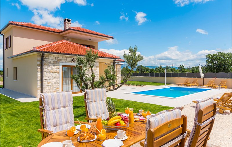 Awesome home in Kljuc with Outdoor swimming pool, WiFi and 3 Bedrooms (CDJ744), location de vacances à Zverinac