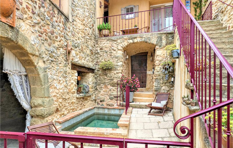Stunning home in La Bastide D'Engras with Outdoor swimming pool, WiFi and 2 Bedr, casa vacanza a Cavillargues