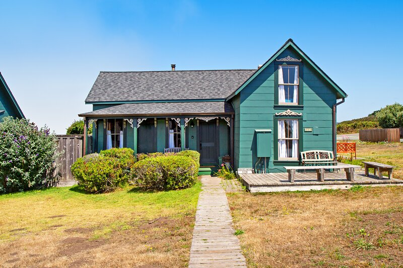 Spectacular home w/stunning views, decks, fireplaces, and sauna. Ideal location!, vacation rental in Mendocino