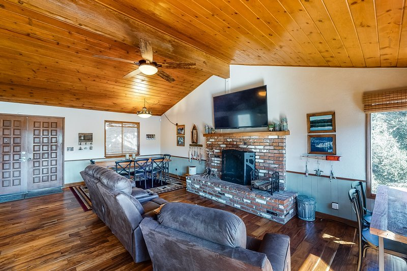 Spacious bright home with deck and spectacular lake views, vacation rental in Crestline