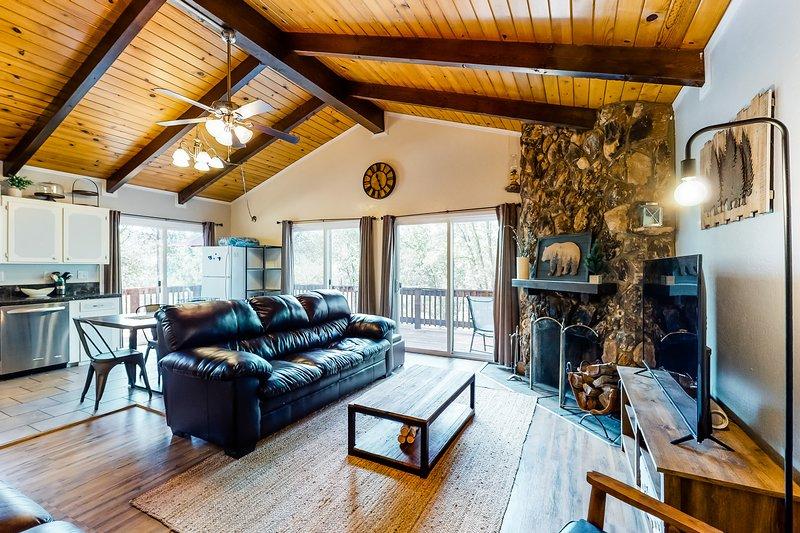 Spacious retreat w/ wraparound deck & wood-burning fireplace - close to Yosemite, vacation rental in Groveland