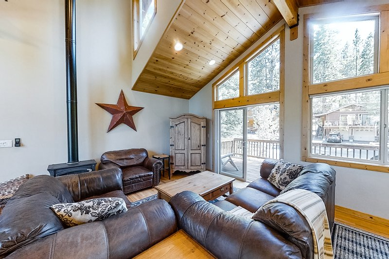 Family friendly home in a quiet neighborhood with two decks - close to downtown!, holiday rental in Truckee
