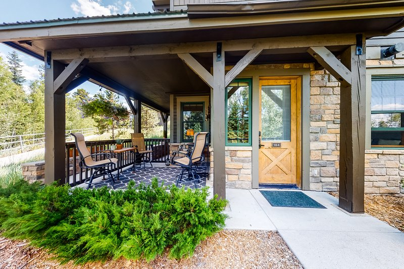 Stylish mountain condo w/ shared pool & hot tubs, full kitchen - close to lifts!, holiday rental in Hot Sulphur Springs