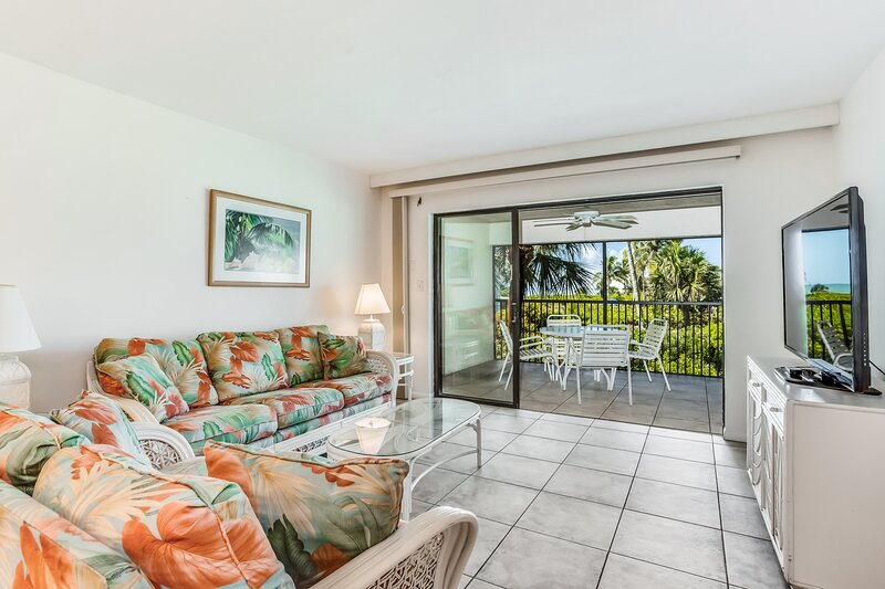 Pleasant condo with air conditioning, Gulf views, & balcony - walk to the beach!, holiday rental in Sanibel Island