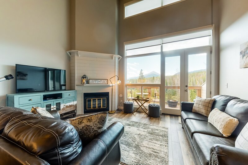 Modern condo with mountain views, balcony, private gas grill, and shared hot tub, location de vacances à Silverthorne