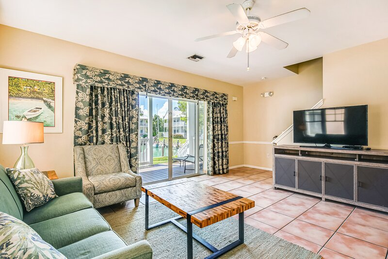 Canal-front townhome w/ boat slip, double-decker porches & great location!, casa vacanza a Conch Key