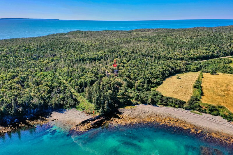 Minimalist oceanside cabin with water views, firepit and deck!, holiday rental in Campobello Island