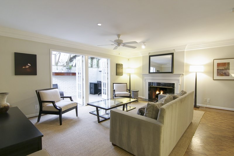 Charming, dog-friendly townhouse w/private gas grill, patio, & near downtown!, alquiler de vacaciones en West Lake Hills