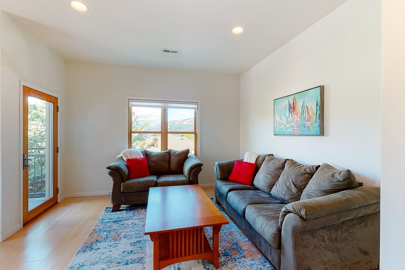Stylish condo w/ balcony, private washer/dryer, & full kitchen - close to river!, holiday rental in Parkdale