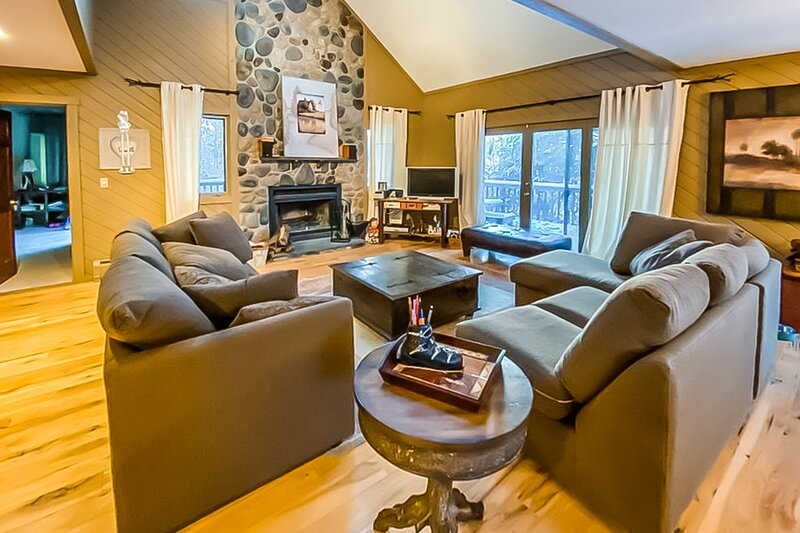 NEW LISTING! Woodsy dwelling w/ wood-burning fireplace, game room, & loft!, location de vacances à Dover