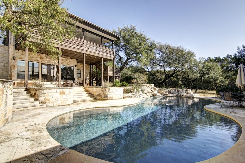 Contemporary dog-friendly house w/private gas grill, hot tub, & outdoor pool, holiday rental in Buda