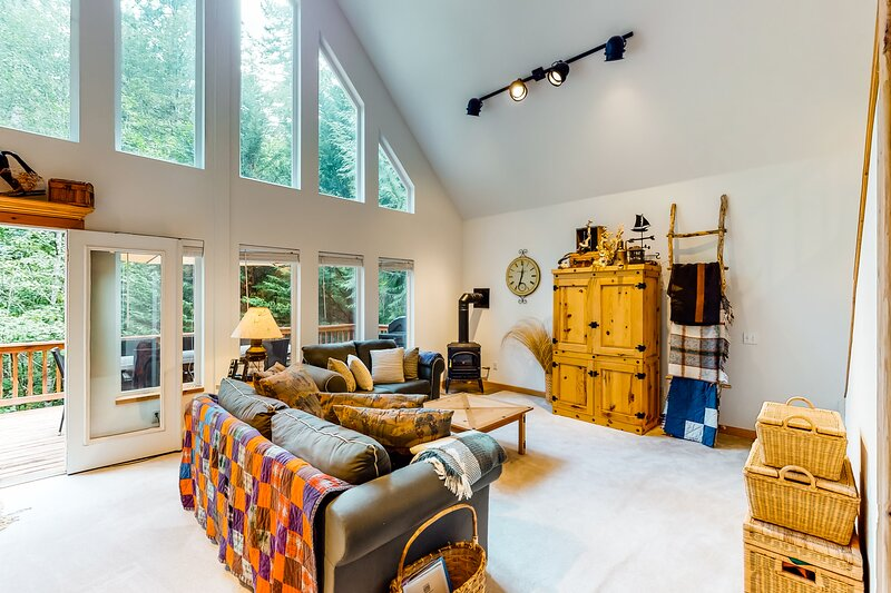 Rural, dog-friendly home with loft, deck, firepit, private grill, and game room!, location de vacances à Potlatch