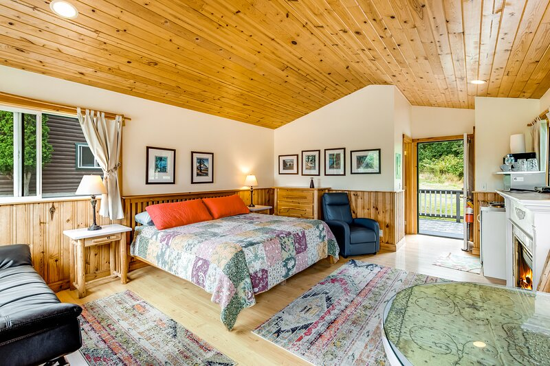 Bright cottage w/ gas fireplace & private hot tub - walk to the beach/marina!, vacation rental in Deer Harbor