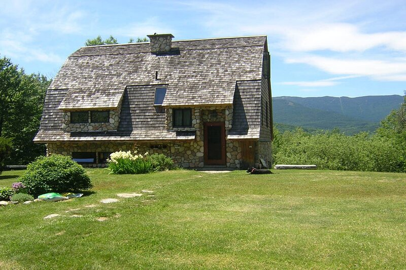 New listing! Picturesque cottage with WiFi, full kitchen, and mountain views!, location de vacances à Northfield