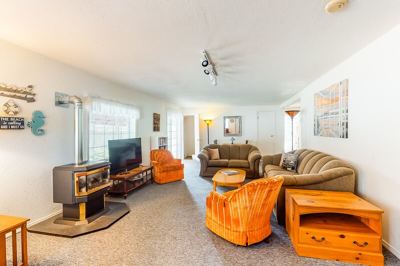Dog-friendly house w/ partial bay views & a gas fireplace - near the ocean, holiday rental in Westport