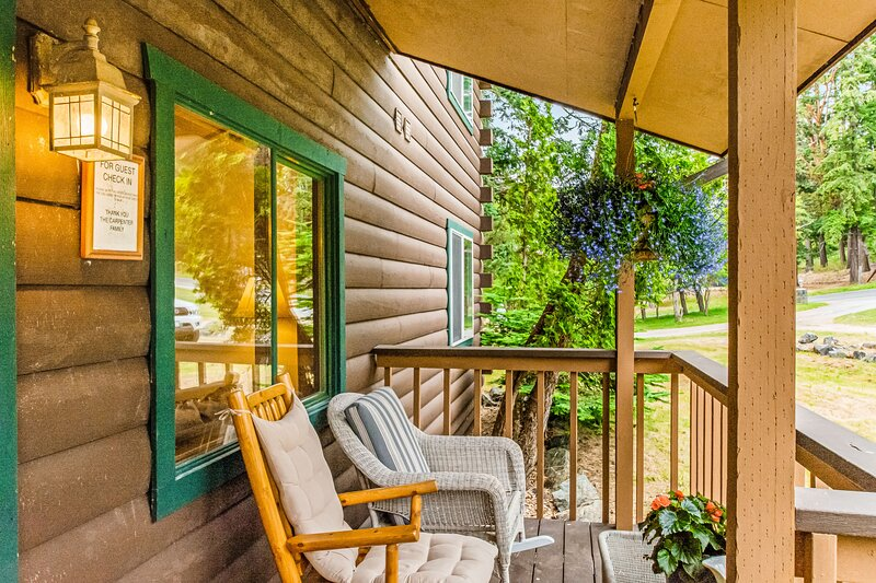 Cabin-inspired studio w/ electric fireplace & shared grill - walk to the harbor!, vacation rental in Deer Harbor