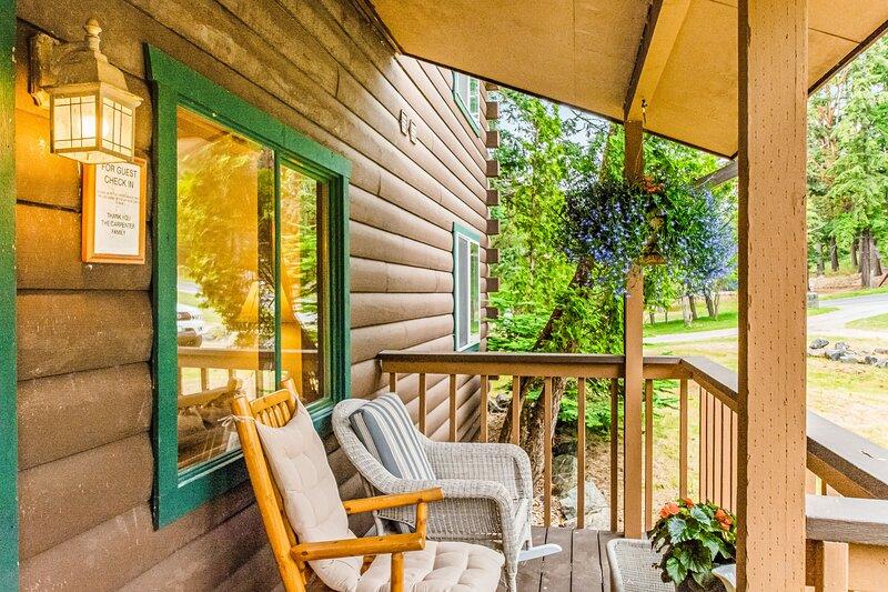 Comfy studio overlooking Deer Harbor w/ fireplace & shared grill area!, vacation rental in Deer Harbor