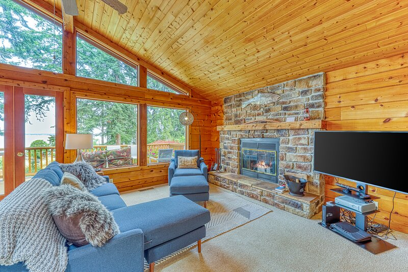 Family-friendly, two-story retreat w/ocean & bay views and deck w/gas grill, vacation rental in Oak Harbor