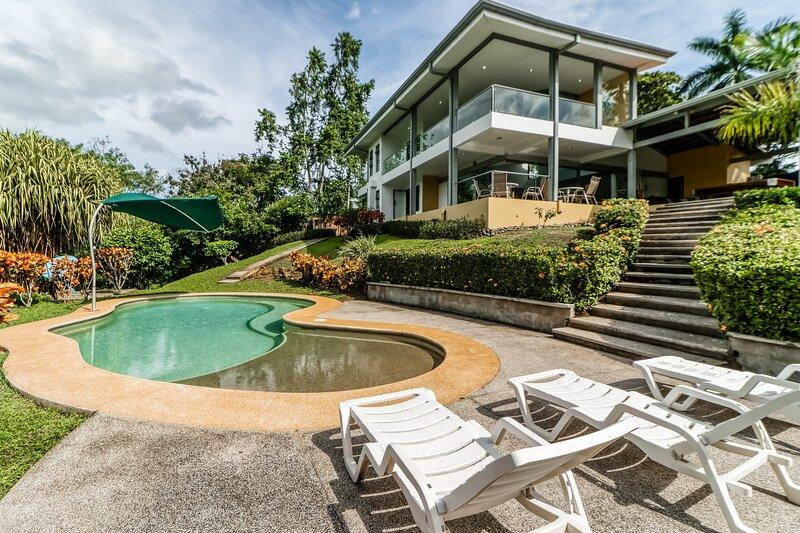 Jungle pet-friendly home w/ocean views from the pool! Gas grill & pool table!, location de vacances à Puerto Caldera