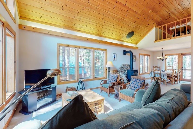Delightful cabin-inspired home with shared pool & tennis and stone gas fireplace, holiday rental in Truckee