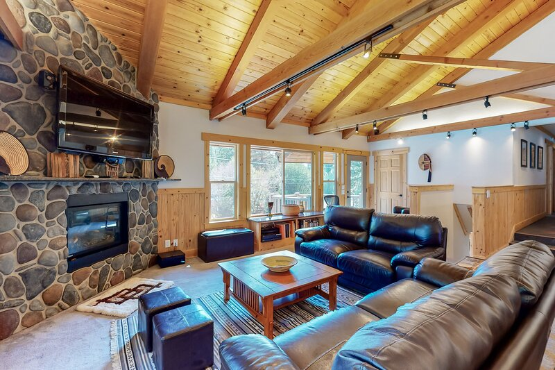 Family-friendly, spacious home with private hot tub, gas grill, & gas fireplace!, location de vacances à Genoa