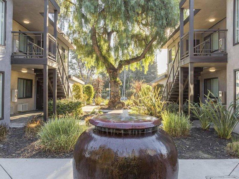 ★ Furnished ★ Washer & Dryer ★ Near HWY 101★, vacation rental in Los Altos Hills