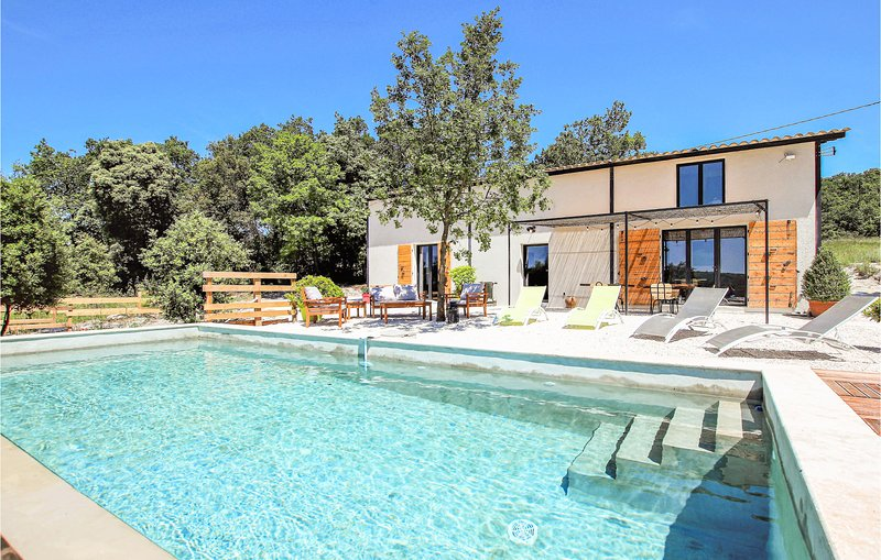 Stunning home in La Garde Adhémar with WiFi, Outdoor swimming pool and 4 Bedroo, location de vacances à Les Granges-Gontardes