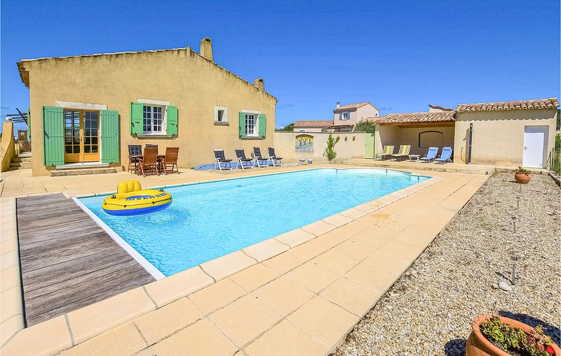 Amazing home in St. Maurice sur Eygues with Outdoor swimming pool, WiFi and 4 Be, holiday rental in Villedieu