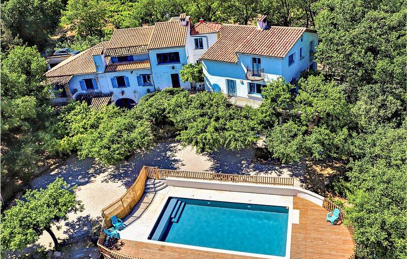 Stunning home in Saint-Nazaire with Outdoor swimming pool, Outdoor swimming pool, holiday rental in Venejan