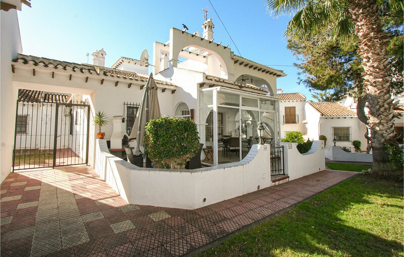 Nice home in Torrevieja with Outdoor swimming pool, WiFi and Outdoor swimming po, holiday rental in La Mata