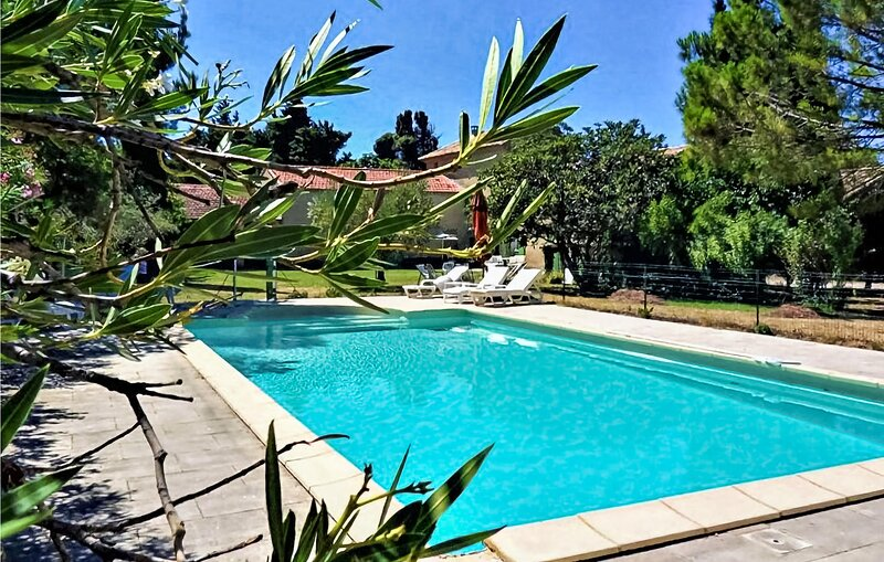 Nice home in Violès with Outdoor swimming pool, WiFi and 4 Bedrooms (FPV691), location de vacances à Violes