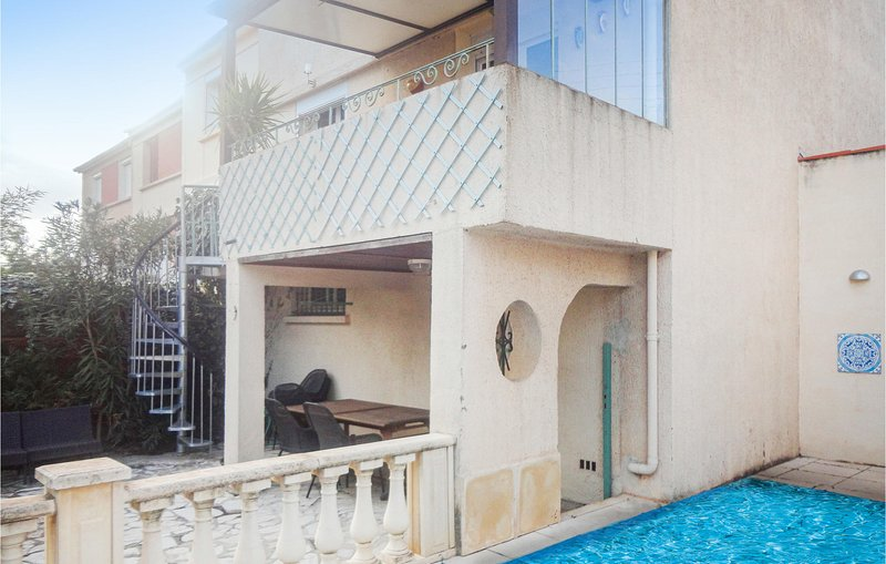 Nice home in Béziers with Outdoor swimming pool, WiFi and 3 Bedrooms (FLH494), holiday rental in Lignan-sur-Orb
