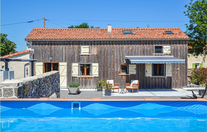 Stunning home in Viennay with WiFi, Outdoor swimming pool and 2 Bedrooms (FJD037, holiday rental in Saint-Aubin-le-Cloud