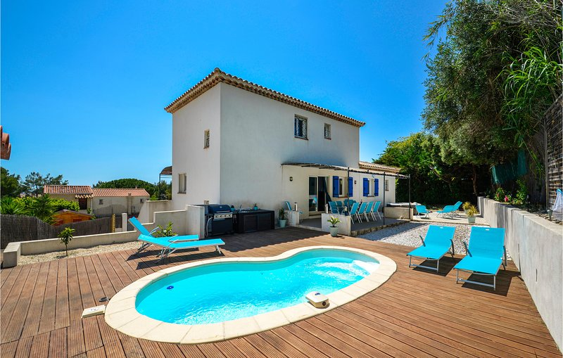 Amazing home in Ceyreste with Jacuzzi, WiFi and 5 Bedrooms (FPB419), vacation rental in Ceyreste