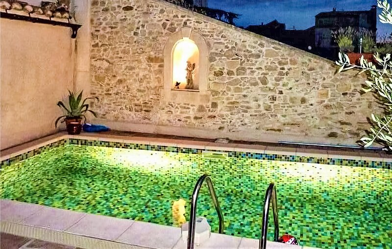 Awesome home in St Laurent des Arbres with Outdoor swimming pool and 4 Bedrooms, holiday rental in Saint-Laurent-des-Arbre