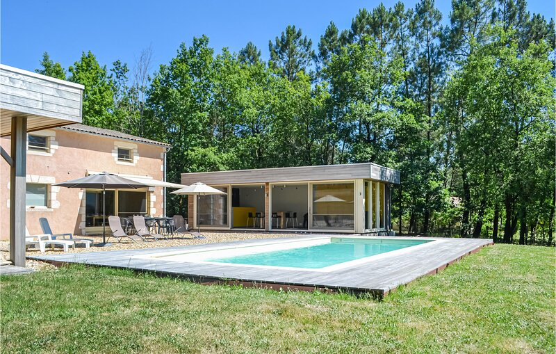 Amazing home in , Saint Rémy with Outdoor swimming pool, WiFi and Outdoor swimm, holiday rental in Saint-Gery