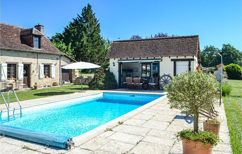 Amazing home in La Chapelle Saint Jean with Outdoor swimming pool, Outdoor swimm, casa vacanza a Granges d'Ans