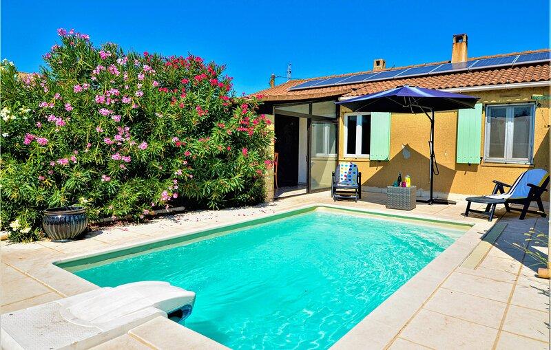 Amazing home in Orange with Outdoor swimming pool and 3 Bedrooms (FPV667), aluguéis de temporada em Camaret-sur-Aigues