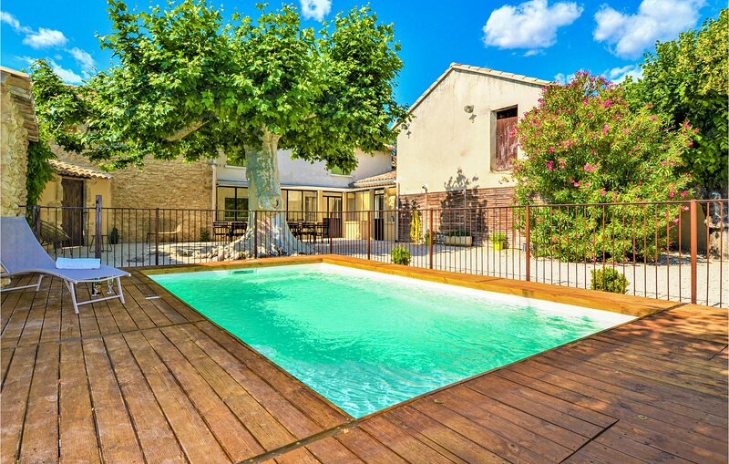 Beautiful home in Camaret sur Aigues with Outdoor swimming pool, Outdoor swimmin, location de vacances à Violes