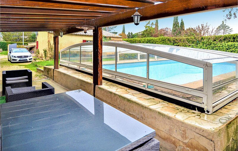 Amazing home in Barbentane with Outdoor swimming pool and 4 Bedrooms (FPB406), location de vacances à Barbentane