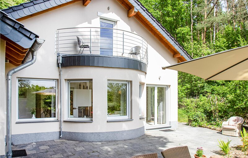 Nice home in Nideggen with WiFi and 3 Bedrooms (DEI168), holiday rental in Nideggen