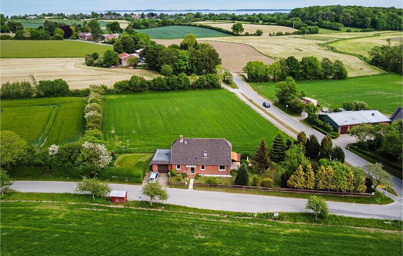 Beautiful home in Steinberg with WiFi and 4 Bedrooms (DSH398), location de vacances à Westerholz
