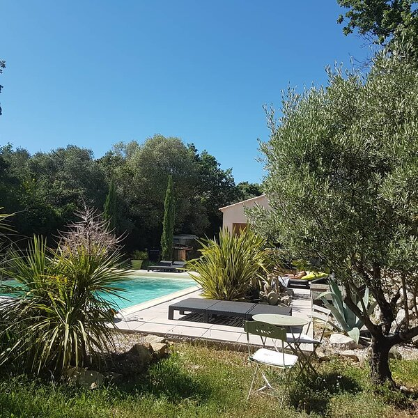 mini villa suite Eden avec piscine et jacuzzi, entre mer et colline, en Provence, holiday rental in Evenos