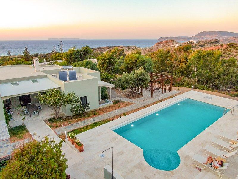 Stylish villa, private pool, large garden, sea view, en-suite bathrooms, alquiler vacacional en Xerokampos