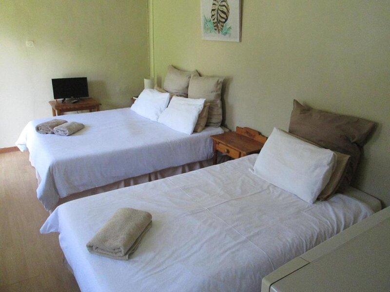 Bedrock Bb - Triple Bedroom with self cathering, location de vacances à Bloemfontein