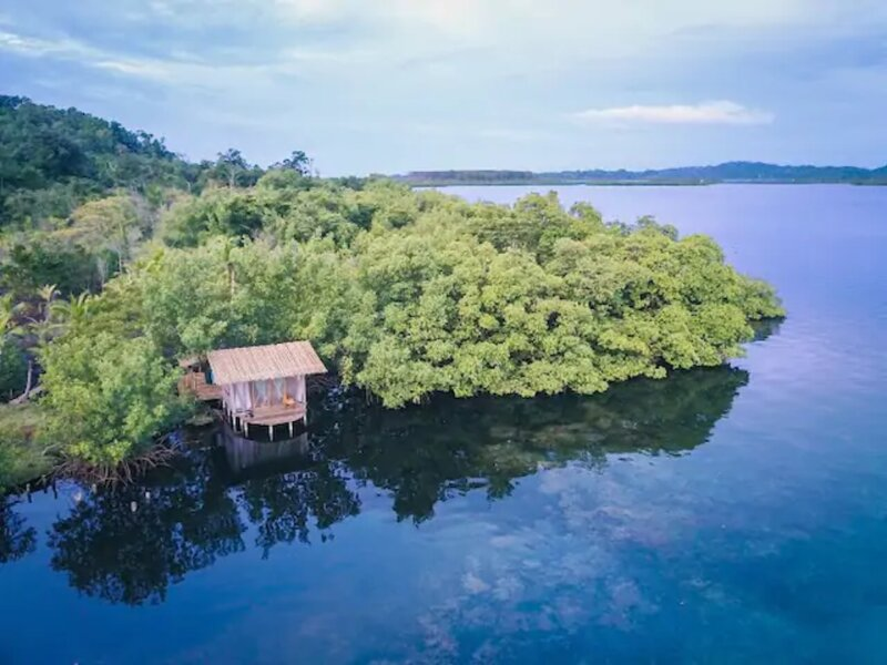 Secluded Coconut Cabin, bioluminescence and coral!, alquiler de vacaciones en Isla San Cristobal