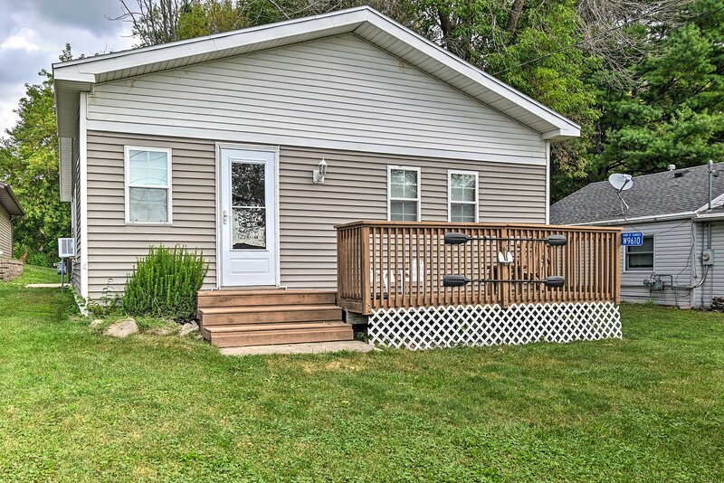 NEW! Warm & Inviting Home, Steps to Lake Kosh Fun!, holiday rental in Janesville